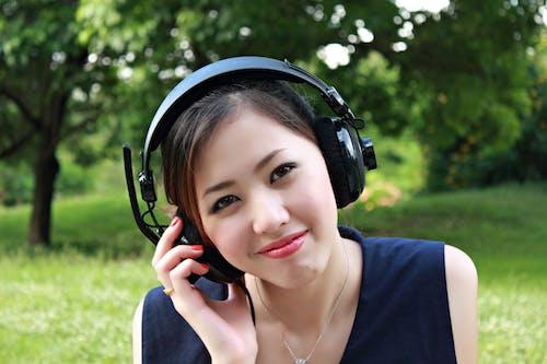 Kulaklık Kullanırken Yerde Oturan Kadın