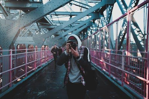 人, 成人, 拍照片, 橋 的 免费素材照片