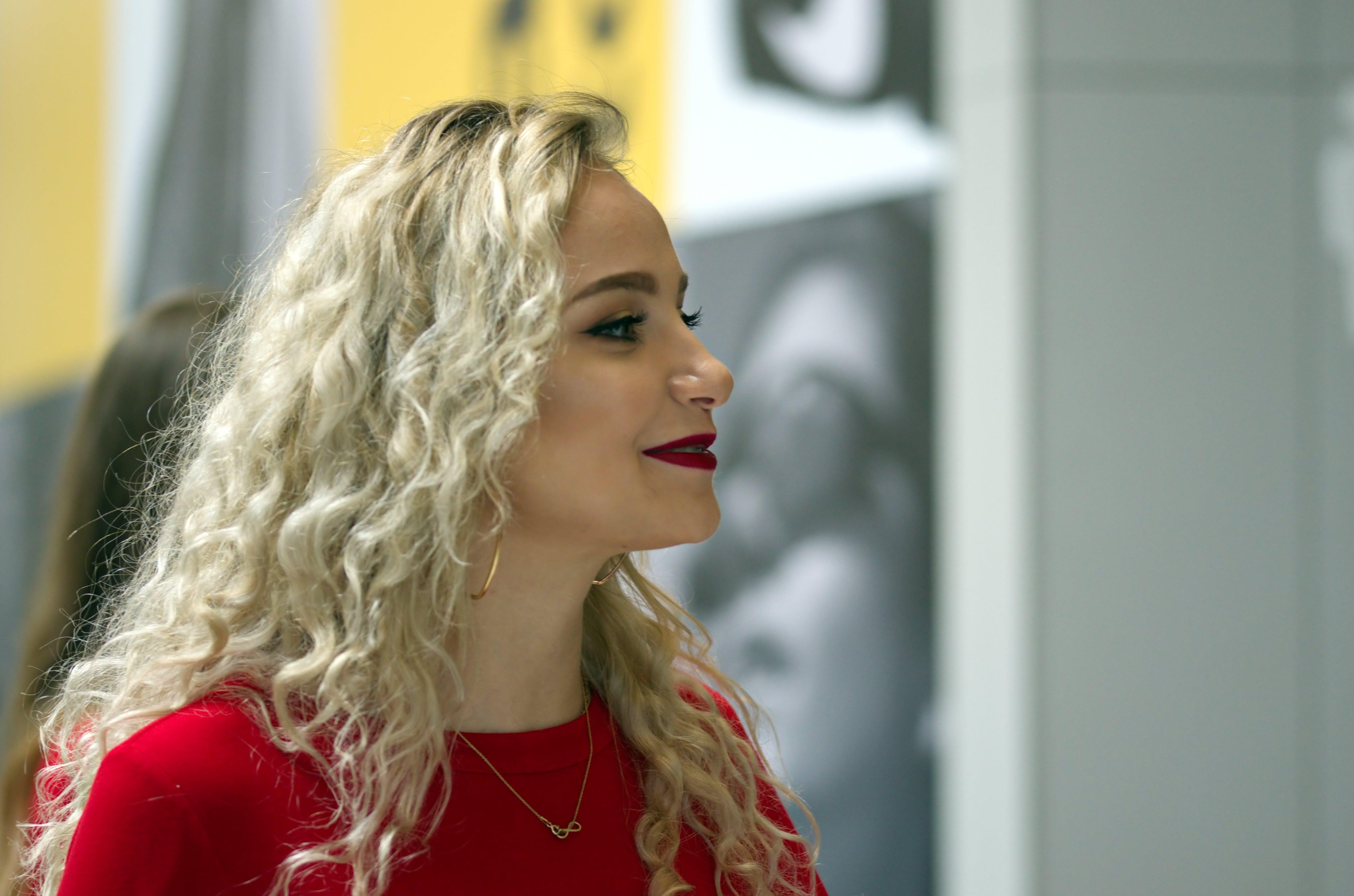 Kostnadsfri bild av blond, flicka, händelse, inomhus