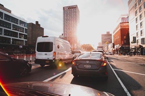 Бесплатное стоковое фото с автомобили, автомобильные огни, автомобильные фары, архитектура