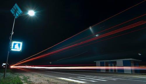 Бесплатное стоковое фото с автобусная остановка, автомобильные огни, вспышка, дорога