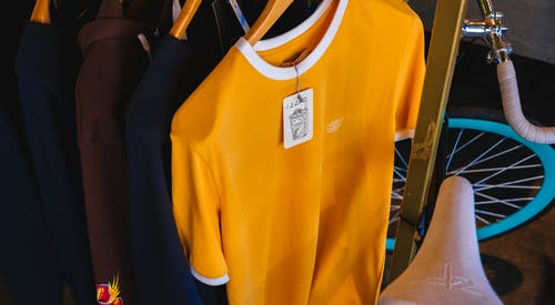 Foto stok gratis barang dagangan, fashion, gantung, kaus