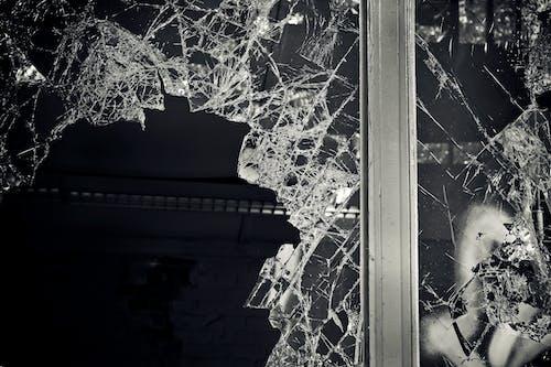Darmowe zdjęcie z galerii z ciemny, czarno-biały, potłuczony, szklanka