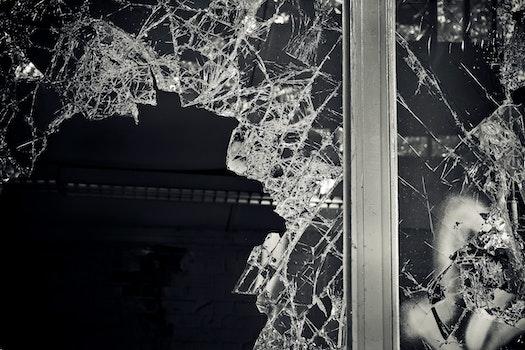 Kostenloses Stock Foto zu schwarz und weiß, dunkel, kaputt, glas