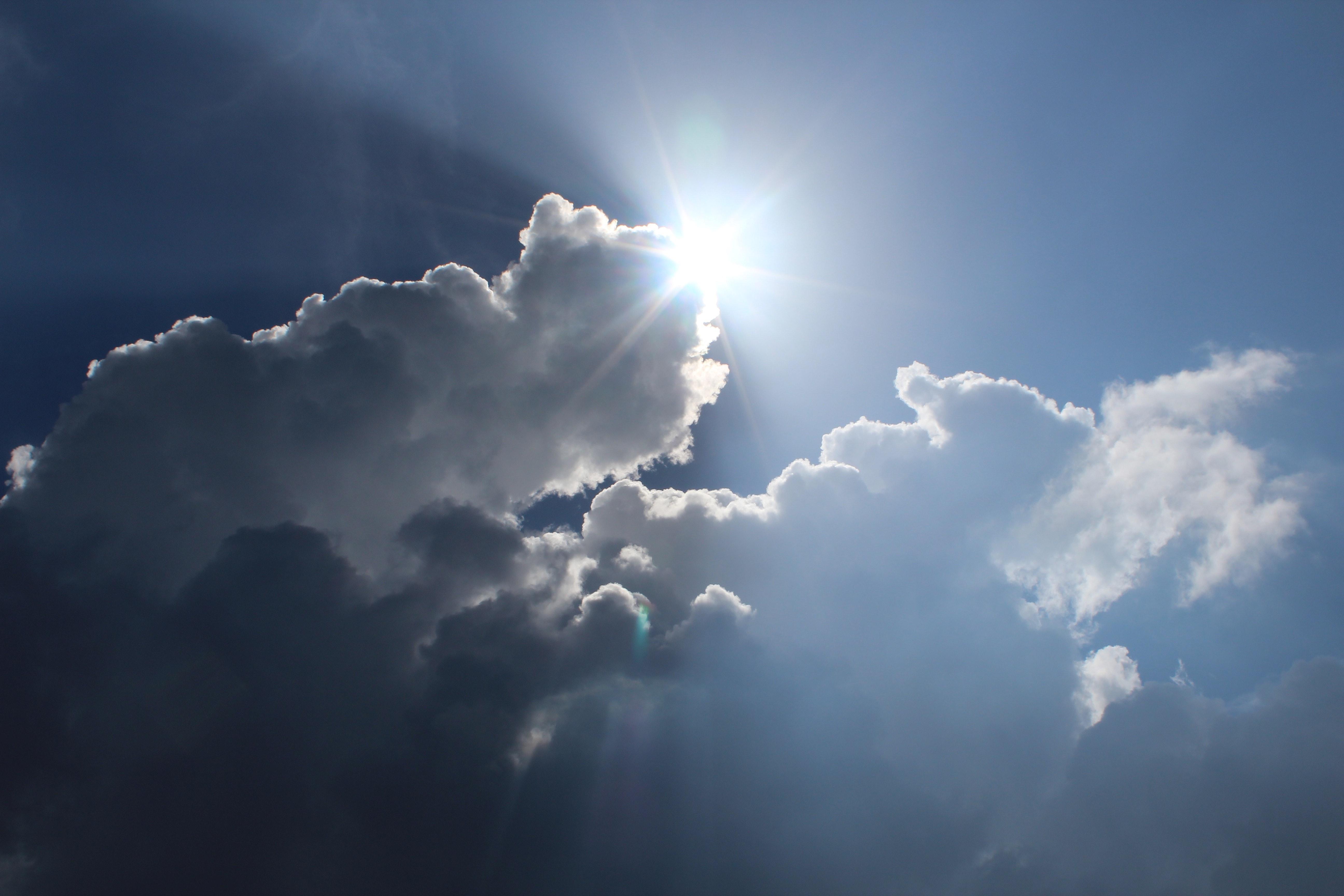 Sun Light Shining Down from the Sky · Free Stock Photo