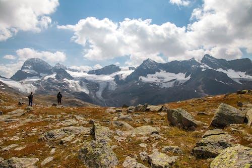 bulutlar, dağ, insanlar, kar içeren Ücretsiz stok fotoğraf