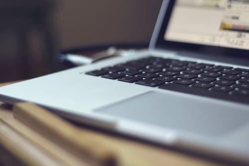 Gratis arkivbilde med bærbar datamaskin, dybdeskarphet, elektronikk, tastatur