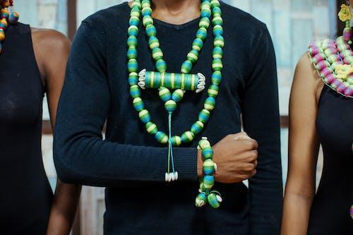 Kostenloses Stock Foto zu accessoire, armband, damen, farbige frau