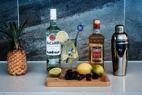 Kostenloses Stock Foto zu cocktail, flaschen, früchte, glas