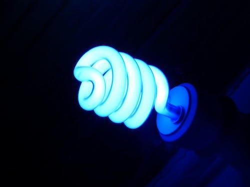 Kostenloses Stock Foto zu beleuchtet, blau, die glühbirne, elektrizität
