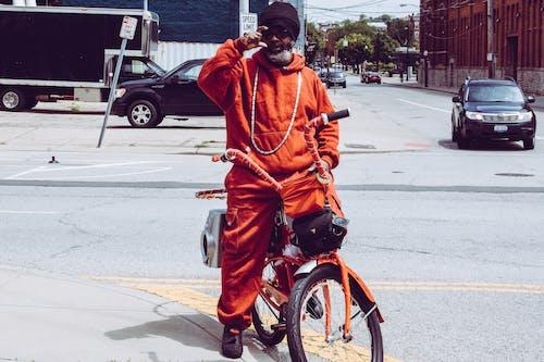 Homem Vestindo Jaqueta Laranja Andando De Bicicleta
