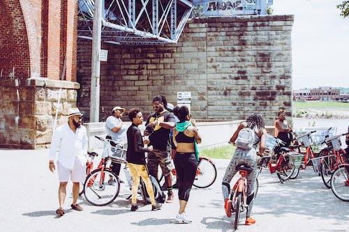 Pessoas Perto De Bicicletas