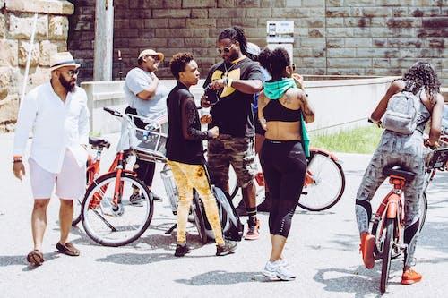 Grupo De Pessoas Em Pé Na Estrada Ao Lado De Bicicletas