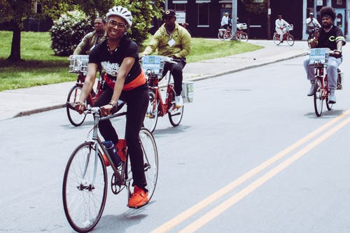 Mulher Sorridente Andando De Bicicleta