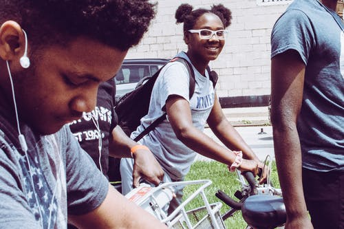 Foto d'estoc gratuïta de afroamericà, bici, feliç, muntant en bici
