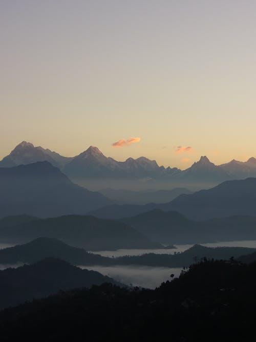 Δωρεάν στοκ φωτογραφιών με βουνό, ομίχλη, ομιχλώδης, σιλουέτα