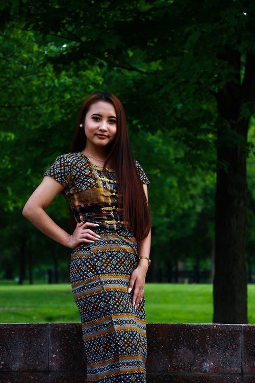 açık hava, ağaçlar, Asyalı kadın, ayakta içeren Ücretsiz stok fotoğraf