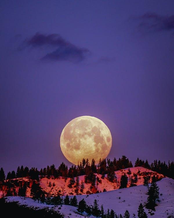 Bulan Di Atas Gunung Bersalju