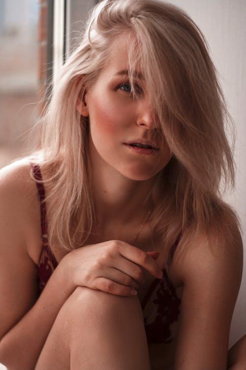 Foto profissional grátis de bonita, close, lingerie, loira