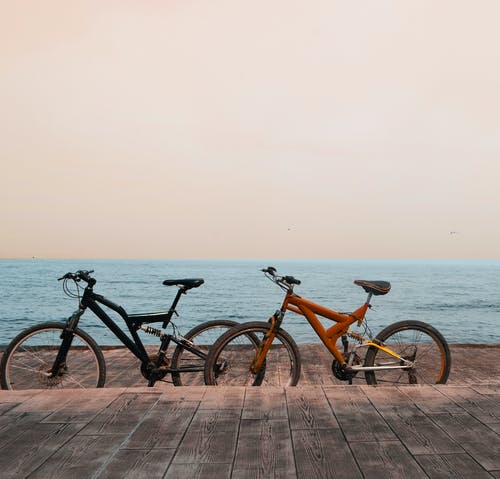 Kostenloses Stock Foto zu dock, fahrräder, horizont, meer
