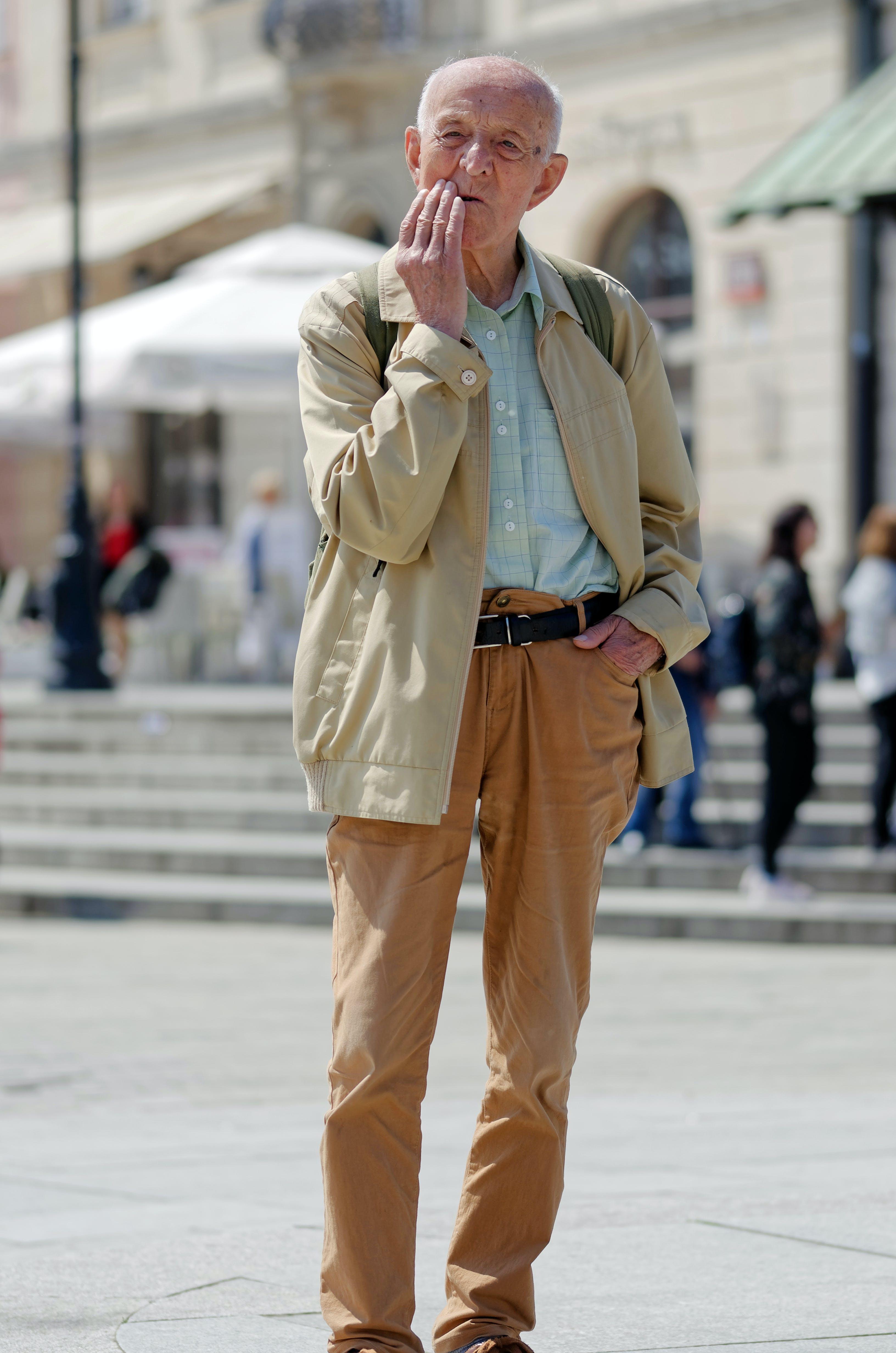 Foto profissional grátis de camisa, casaco, cidade, Confuso