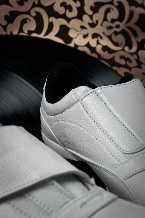 Darmowe zdjęcie z galerii z biały, buty, skóra