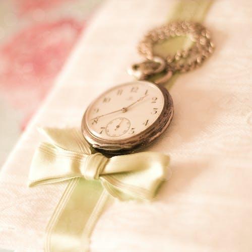 Darmowe zdjęcie z galerii z antyczny, antyczny zegarek, ciepły, dziewczęcy