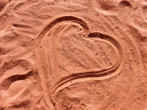 Gratis arkivbilde med hjerte, kjærlighet, sand