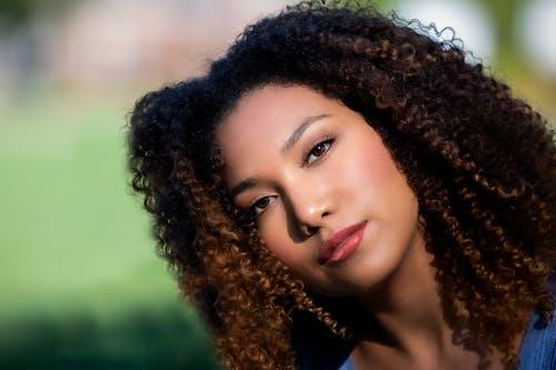 Безкоштовне стокове фото на тему «боке, вродлива, гарні очі, Кучеряве волосся»