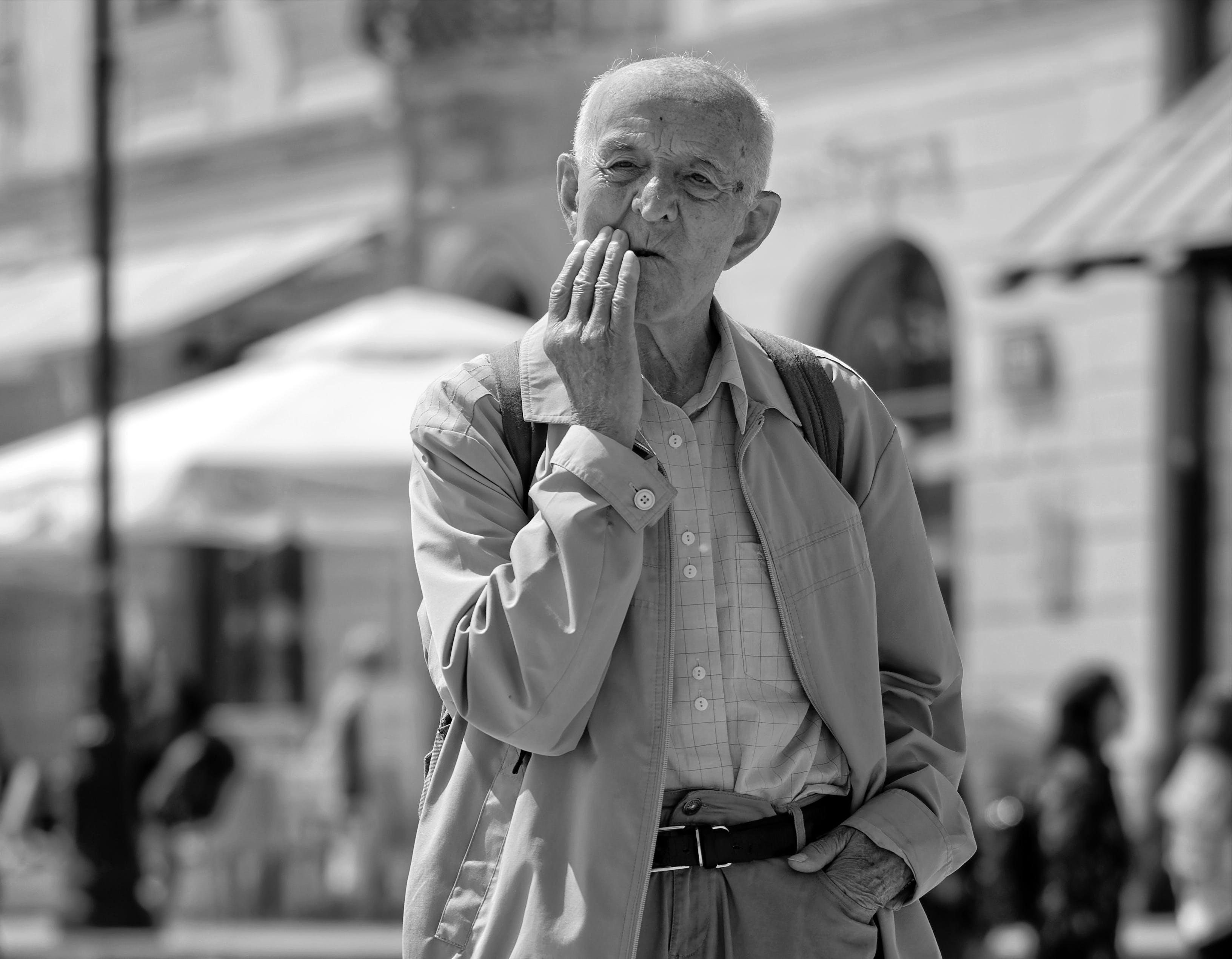 Kostnadsfri bild av äldre man, Förvirrad, gammal man, gatubild