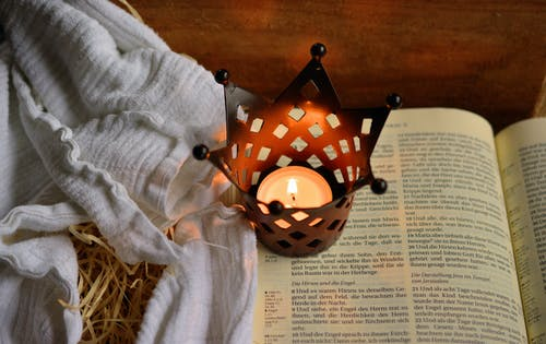 Kostenloses Stock Foto zu bibel, christentum, kerze, schrift