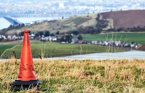 Foto d'estoc gratuïta de con, cons de trànsit, herba seca, paisatge