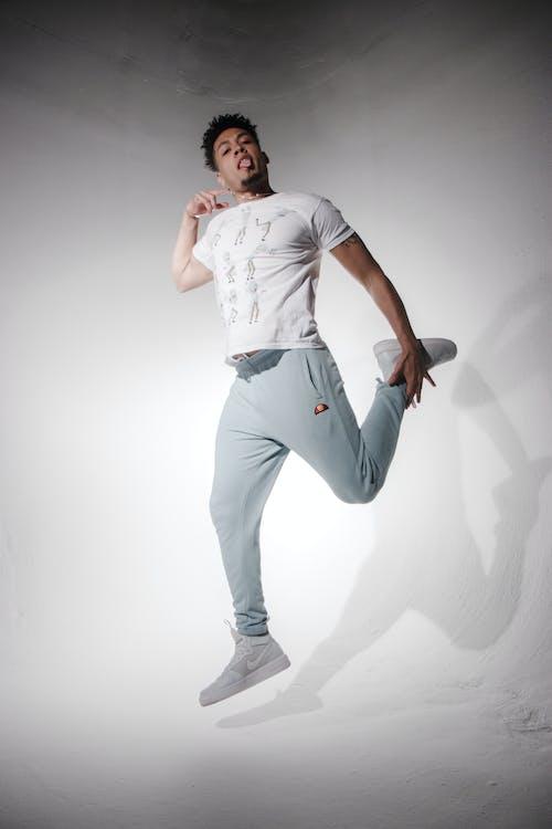 Foto profissional grátis de activewear, arremesso com salto, cara, casual