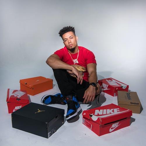 adam, ayakkabı kutuları, bıyık, erkek içeren Ücretsiz stok fotoğraf