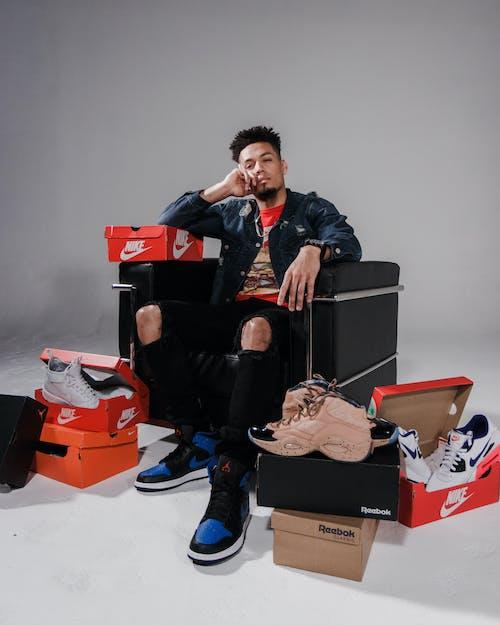 adam, ayakkabı kutuları, ayakkabılar, bıyık içeren Ücretsiz stok fotoğraf