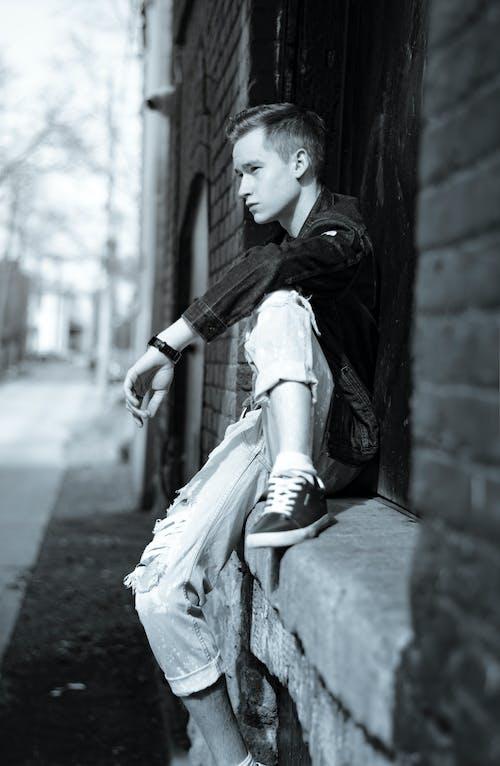Безкоштовне стокове фото на тему «Вулиця, джинси, джинсова сорочка, Кросівки»