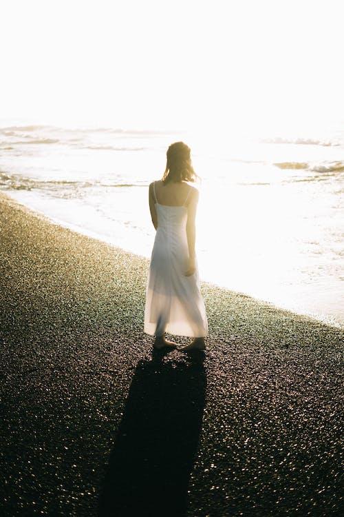 deniz, elbise, Kadın, kişi içeren Ücretsiz stok fotoğraf