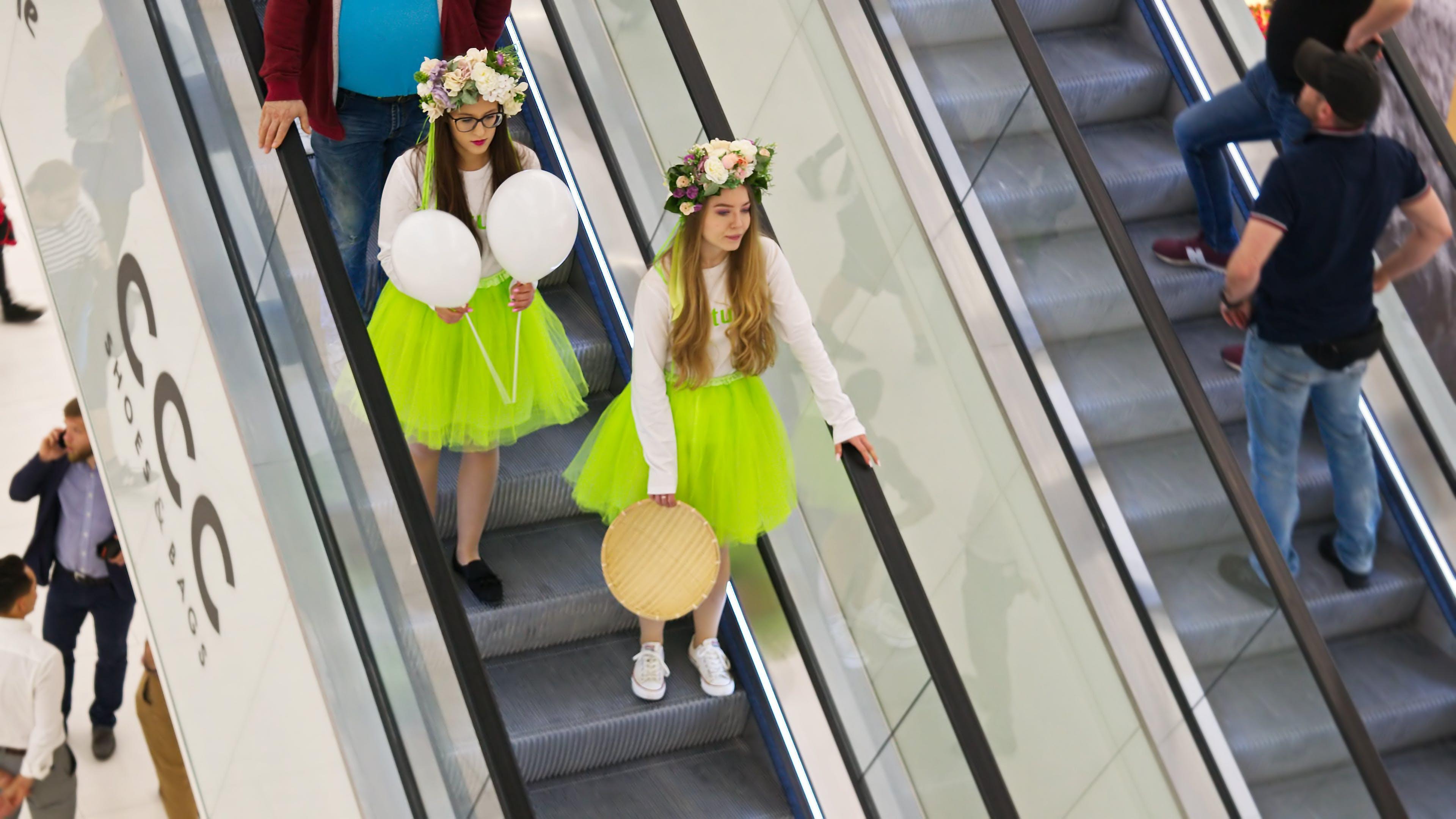 Kostnadsfri bild av ballonger, blomsterkronor, flickor, flyttande trappor
