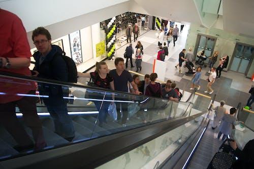Ingyenes stockfotó bevásárlás, bevásárlóközpont, emberek, emberek mozgólépcsőkön témában