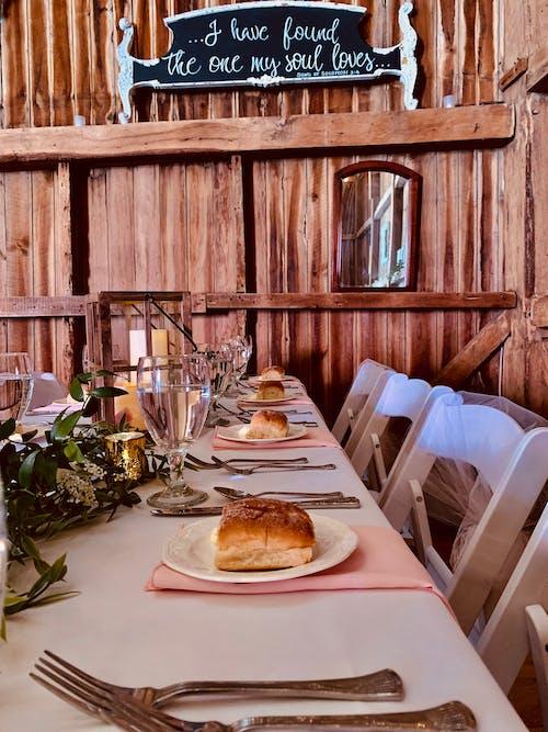 Kostnadsfri bild av aptitretare, bestick, bord, bordsservetter