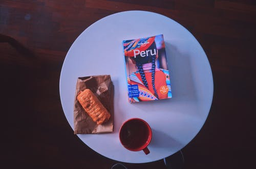Gratis stockfoto met boeken, brood, cusco, gezette koffie