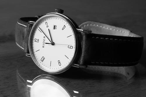 Základová fotografie zdarma na téma analogové hodiny, čas, černobílá, náramkové hodinky