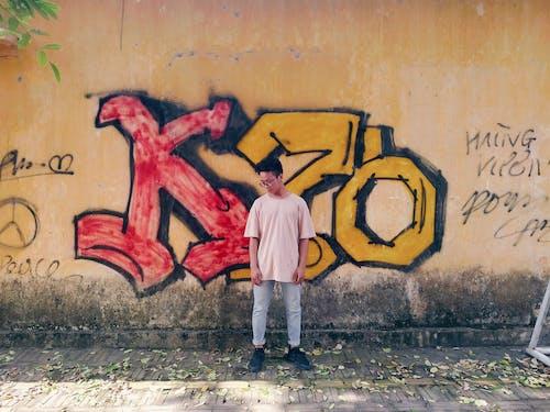 Foto profissional grátis de arte de rua, caminhada lateral, de pé, graffiti