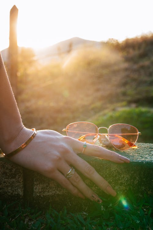 el, gözlük, Güneş gözlüğü içeren Ücretsiz stok fotoğraf