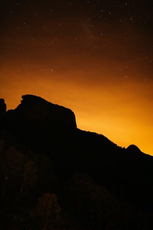 Foto profissional grátis de alvorecer, cair da noite, iluminado por trás, montanha