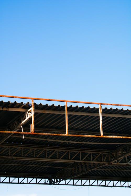 Kostenloses Stock Foto zu architektur, bau, blauer himmel, dach