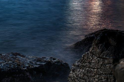 Photos gratuites de aube, bord de mer, cailloux, eau