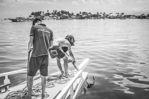 Fotobanka sbezplatnými fotkami na tému čierna a biela, čiernobiela fotografia, ľudia ťahajú kotvu, oceán