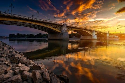 Fotografía De ángulo Bajo Del Puente Sobre El Cuerpo De Agua Durante La Foto De La Hora Dorada
