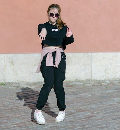 거리, 거리에서 춤을 추는 어린 소녀, 검은 옷, 관광의 무료 스톡 사진